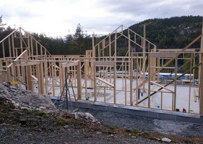 Skallet av en hytte under konstruksjon på Jonestangen