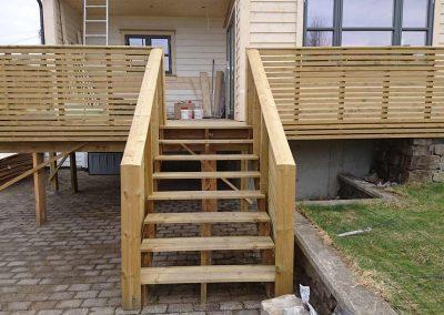 Trapp opp til nybygget terasse med levegg N. Vardhaugen